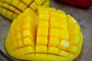 cos-14-cutting-mango-de