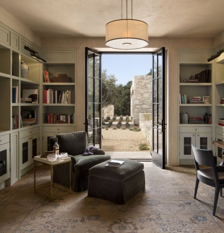 the-library-overlooks-the-courtyard-and-the-two-guest-bedrooms