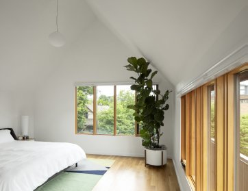 the-third-floor-master-bedroom-at-slender-house-its-like-waking-up-in-the-clouds-homeowner-maja-henderson-says